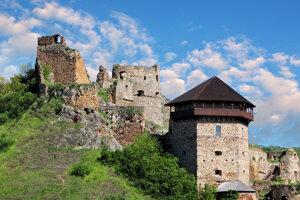 Kamenný hrad na strmom vulkanickom brale dal pravdepodobne postaviť rod Kacsicsovcov.