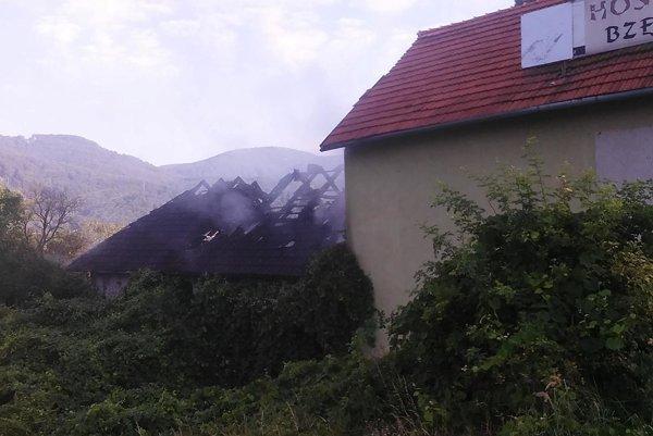 Strecha salaša zhorela do tla.