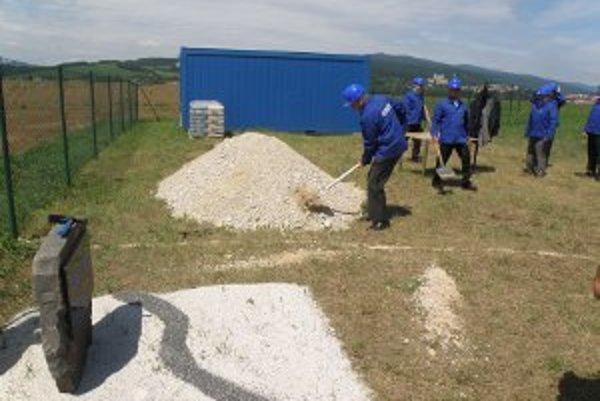 S lopatami v rukách začali výstavbu nového závodu predstavitelia firmy Rübig.