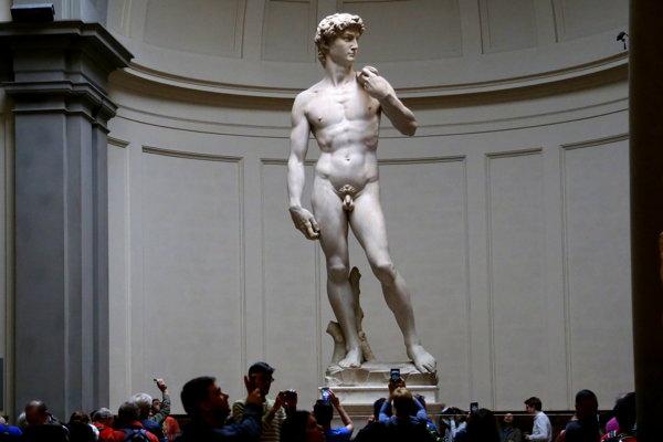 Dávida nedávno zakryli aj vo Florencii, keď prišla návšteva z Iránu. Talianske médiá odsúdili takú cenzúru.