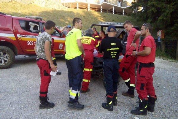 Pri pátraní pomáhali aj dobrovoľní hasiči.