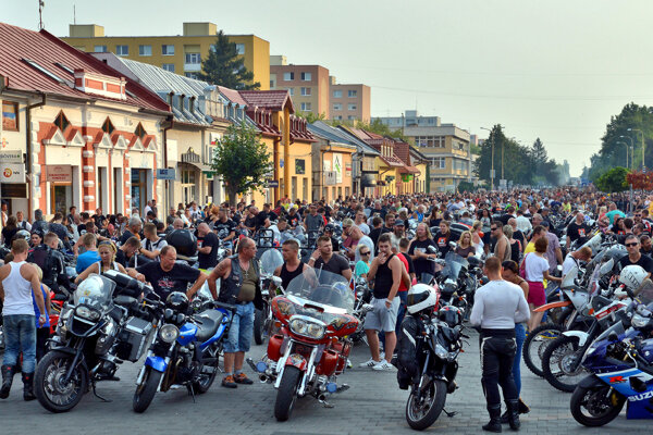 Motozraz na Šírave. Burácajú na ňom každoročne tisíce motocyklov.
