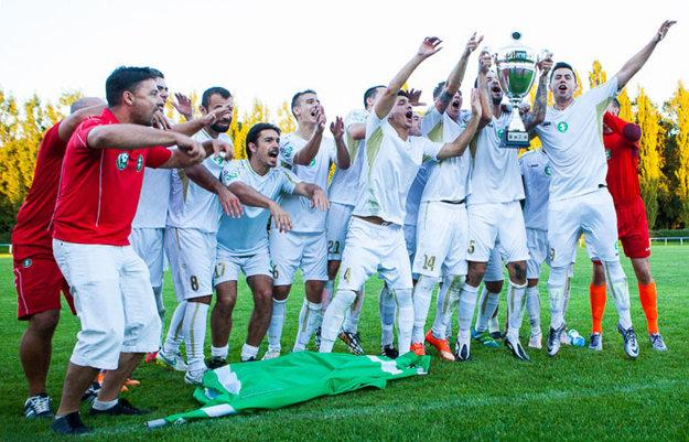 Radosť hráčov Felvidéku po prebratí víťaznej trofeje.