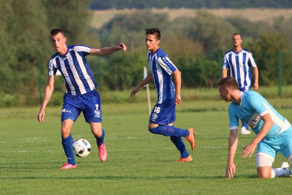 Strelil dva góly ana štvrtý prihral. Hráč istrelec piatkového duelu 2. futbalovej ligy medzi Lokomotívou Košice aSpišskou Novou Vsou bol Rastislav Chmelo (prvý zľava ).