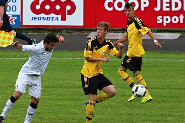 Námestovskí futbalisti (v žltom) majú po dvoch kolách na konte tri body.