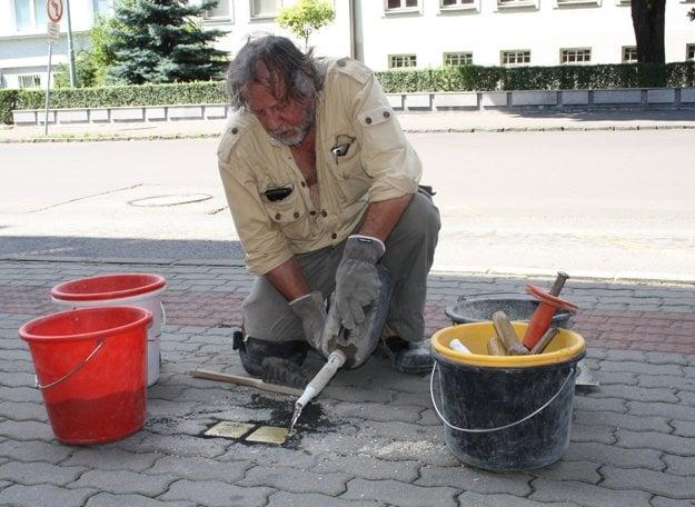 Autor celosvetového projektu Gunter Demnig osadil pamätné kamene už aj v Prievidzi.
