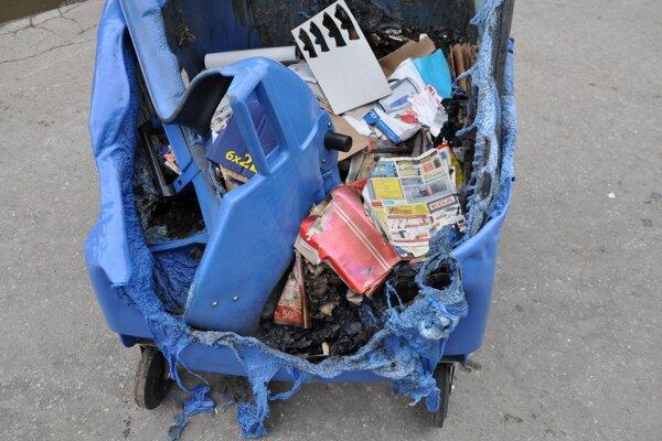 Oheň úplne zničí plastový kontajner.