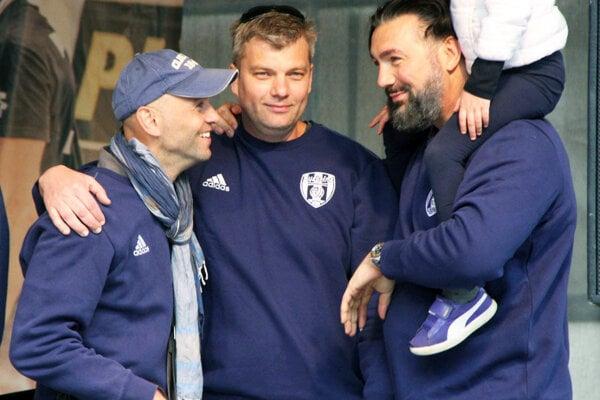 Tréner Marek Kardoš (vľavo) spolu s prezidentom Róbertom Pullmanom a majiteľom Martinom Kraščeničom vytipovali šesť hráčov, ktorí posilnia tím Nitry. Snímka je z májových osláv titulu.