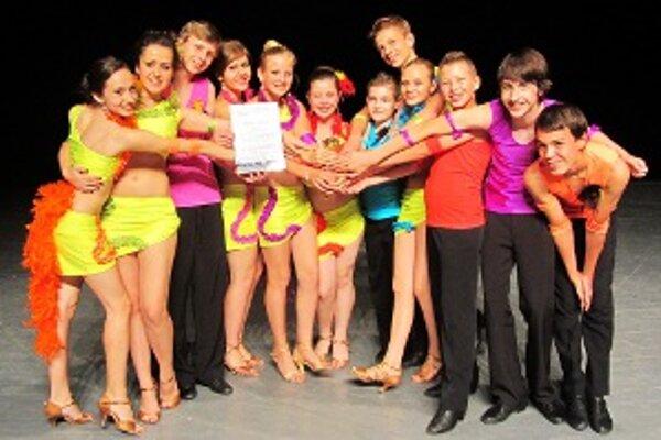 Tanečníci z tanečnej školy Věry Nedeljakovej sa prezentovali na úrovni a s patričným cvengom.