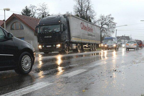 Zápchy sú v obciach v okolí Bratislavy každodennou realitou