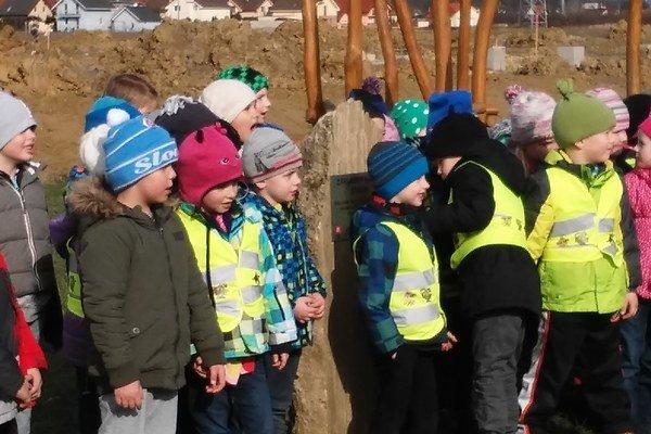 Základný kameň školy poklepali jej budúci žiaci začiatkom februára.