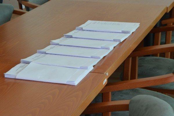 Referenda sa musí zúčastniť aspoň polovica oprávnených voličov s trvalým pobytom v obci.