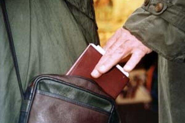 Pozor aj na vreckových zlodejov. Stačí im chvíľa azostanete bez dokladov ipeňaženky.