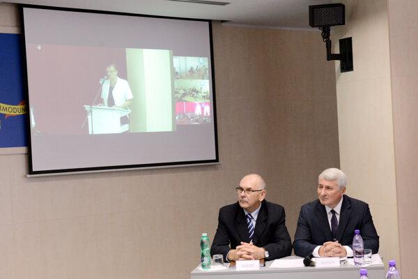 Predseda NKÚ SR Karol Mitrík (vľavo) a podpredseda NKÚ SR Vladimír Tóth.