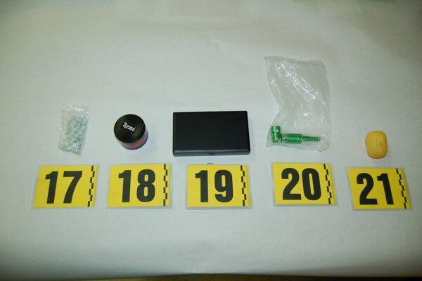 Polícia zabezpečila okrem drogy aj predmety na ich prípravu.