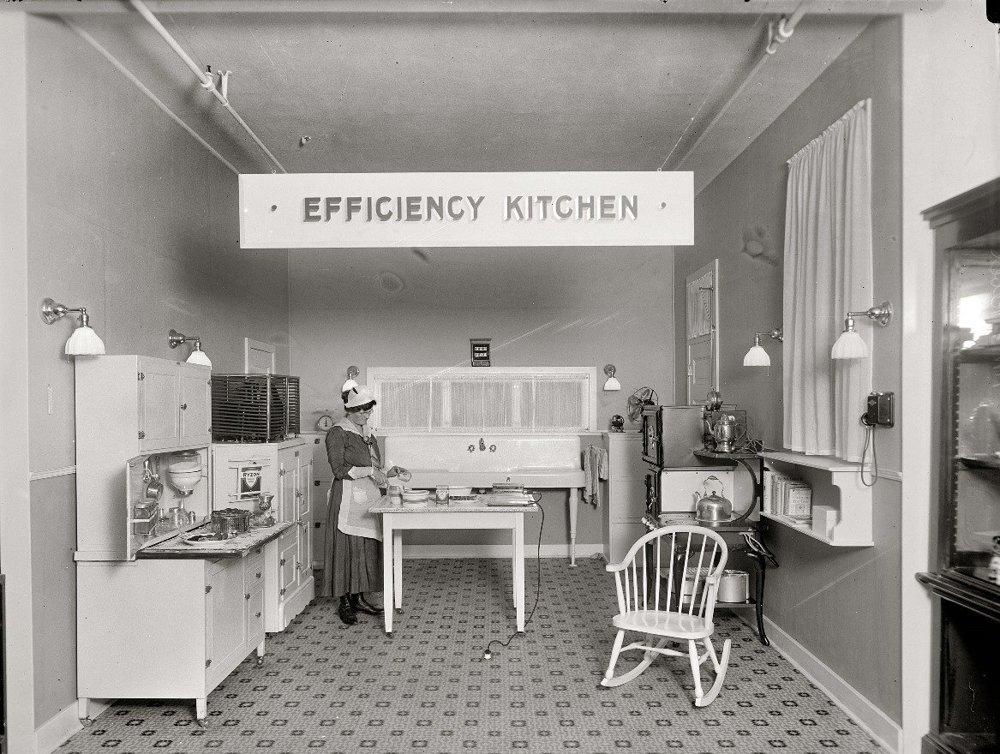 Ukážka efektívne zariadenej kuchyne. Približne rok 1917.