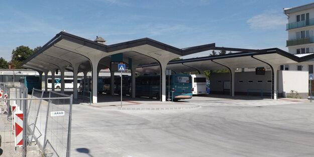 Pod novými prístreškami parkujú autobusy, no bez cestujúcich.