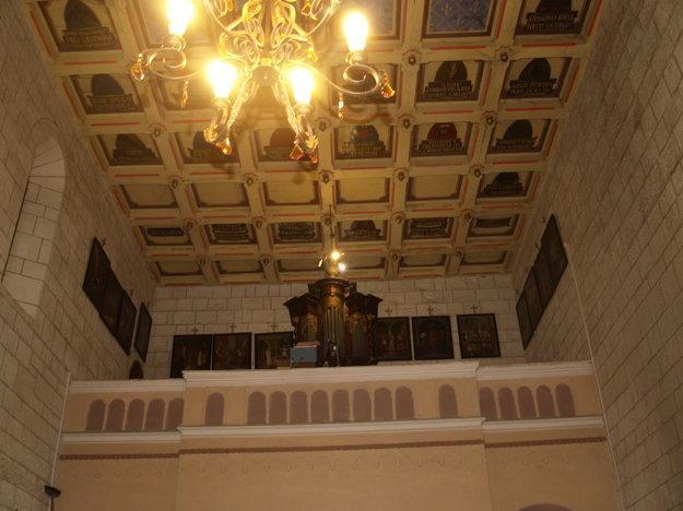 Vzácny strop zdobia rodinné erby