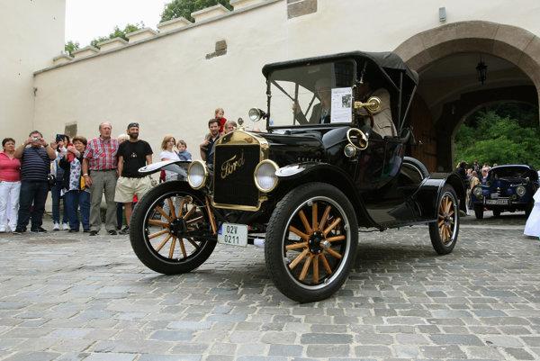 Najstarším autom na retro zraze bol ford z roku 1917, Martin Mladoň ho zdedil.