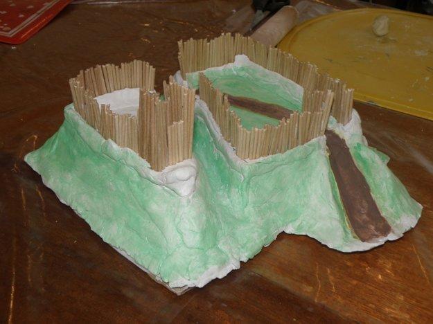 Deti vytvárali hradisko Vyšehrad z modelovacej hmoty a špajdlí.