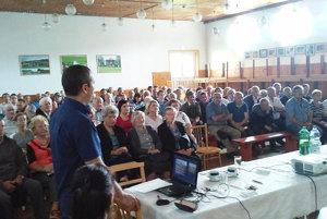 Na verejný hovor venovaný pozemkovým úpravám prišla plná sála.