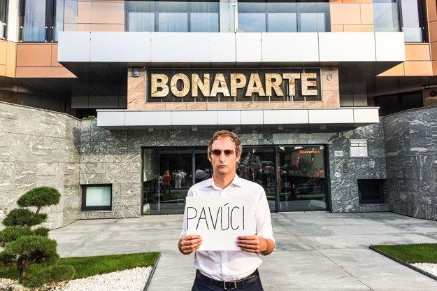 Muž s transparentom odkazuje na video Roberta Fica, v ktorom novinára prirovnal k záchodovému povúkovi.