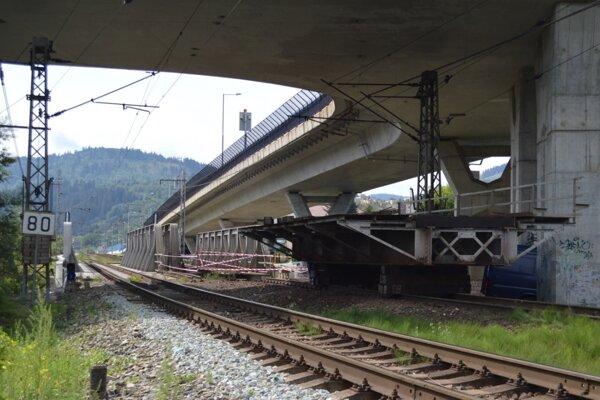 Od 15. augusta opravujú železničný most nad riekou Kysuca pri železničnej stanici Čadca. Práce potrvajú do 26. augusta do.