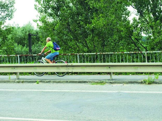 Zákon hovorí, že na chodník cyklisti nesmú.