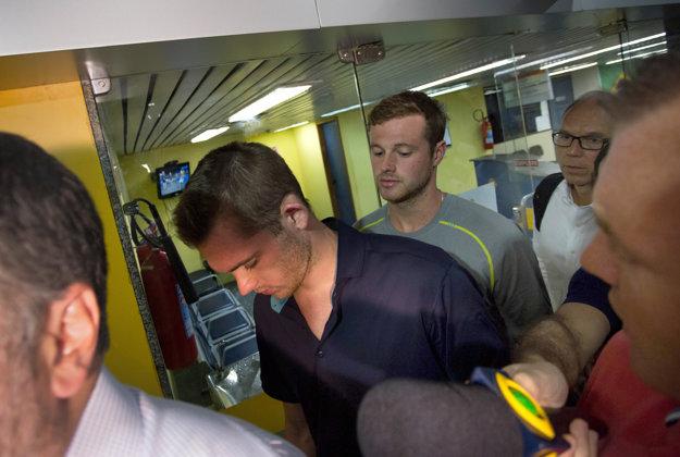 Jack Congar a Gunnar Bentz pred policajným výsluchom. Najväčšia okradnutá hviezda, Ryan Lochte, už odletel.