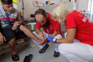 Slovenský lekár Róbert Nagypal z Tropic Teamu ošetruje úraz.