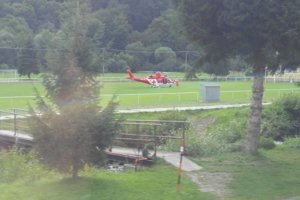 Lekára spolu s pacientom evakuovali na miestne ihrisko, kde bol preložený do kabíny vrtuľníka a prevezený do nemocnice.