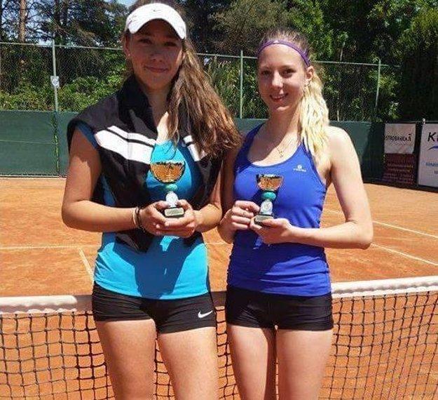 Lučenčanka (vpravo) s trofejou.