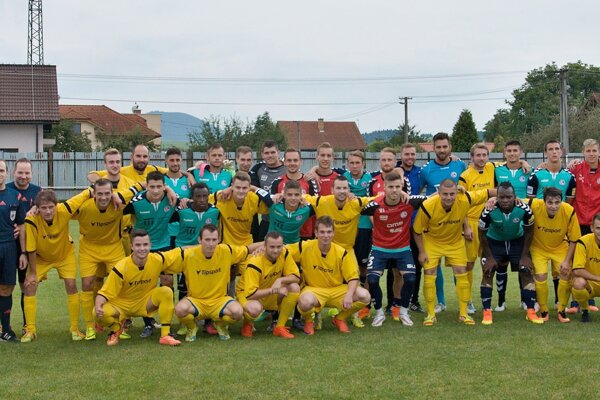Spoločná fotografia hráčov OŠK Rosina a FK Senica po stretnutí II. kola Slovnaft Cupu.