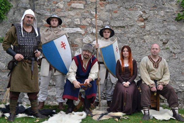 Členovia Militia Portalis v odevoch z13. storočia – mestský konšel, veliteľ mestskej stráže, strážcovia amešťania.