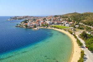 Tyrkysové more, žlté pláže. Dve typické farby Grécka vrátane  polostrova Chalkidiki