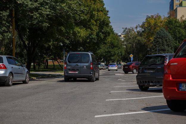 Zúžená cesta. Predĺženie týchto parkovacích miest považujú niektorí obyvatelia za zbytočné.