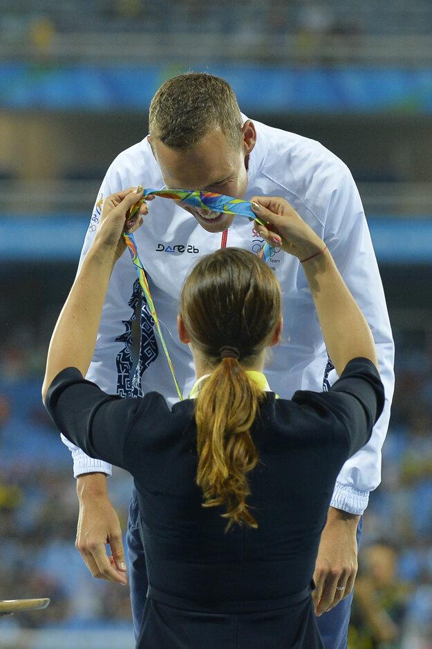 Matej Tóth svoju zlatú medailu preberá symbolicky od Danky Bartekovej. Tá v jeho úspech verila.