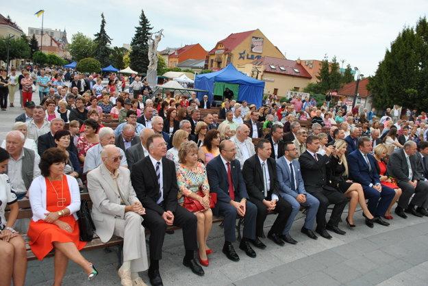 Zmluvu podpísali pred zrakmi Michalovčanov. Slávnostne otvorili aj Zemplínsky jarmok aZemplínske slávnosti.
