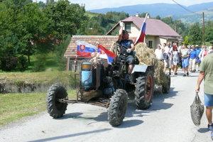 Traktor neznámej značky.