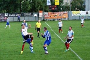 Alekšince porazili V. Bedzany jasne 6:0. V bielych dresoch v popredí Jakub Blaži, Tibor Glenda, vzadu Lukáš Trnka a Martin Hrebík.