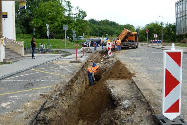Na námestí vymieňajú vodovodné potrubie staré takmer 60 rokov.
