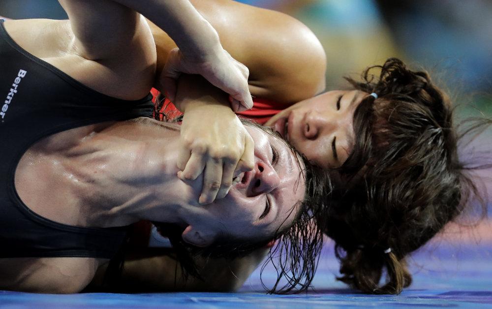 Zápasenie, voľný štýl žien do 63 kg. Lotyška Anastasija Grigorjevová (vľavo) verzus Japonka Risako Kawaiová.