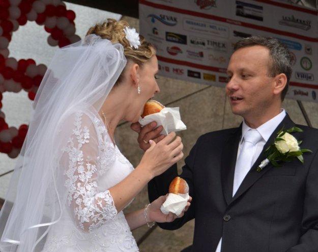 Aj mladomanželia sa zapojili do štafety vjedení šišiek.