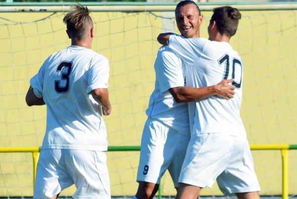 Michal Filo z Váhoviec (v strede) strelil v Jelke dva góly a celkovo ich má po troch kolách na svojom konte päť.