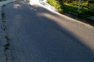 Podľa miestnych sa problém s prasknutým potrubím opakuje pravidelne.