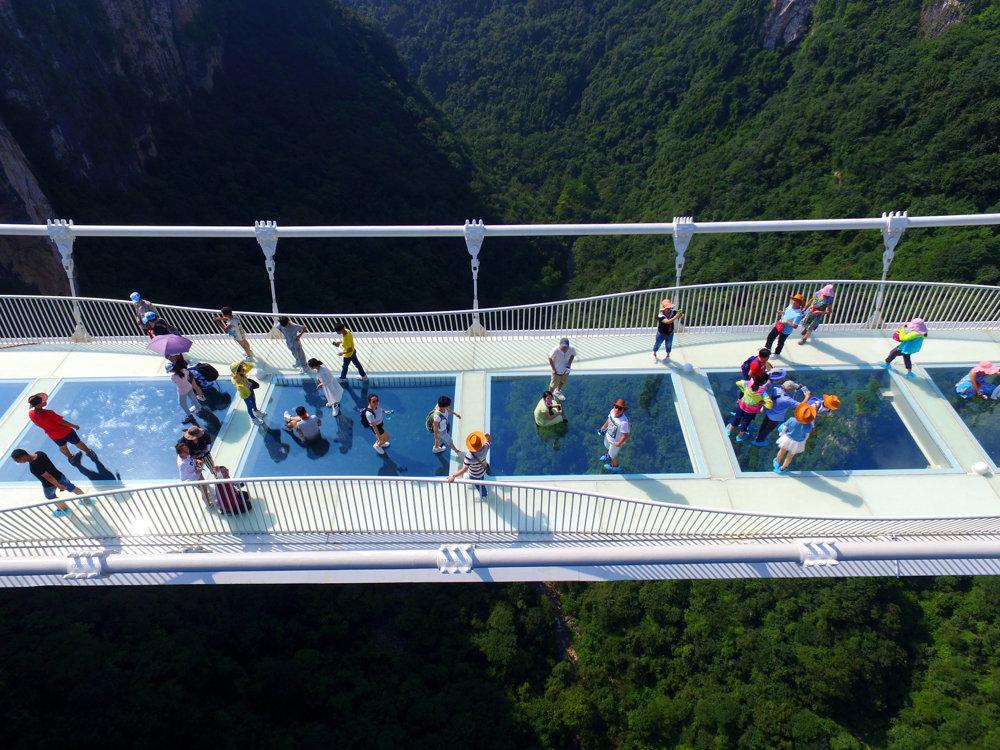 Čína otvorila najvyšší a najdlhší visutý sklenený most.