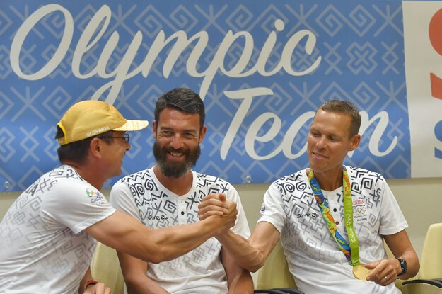 Na snímke zľava vedúci atletickej výpravy Peter Korčok, Matej Spišiak a Matej Tóth po prílete.