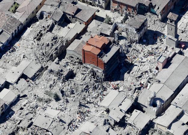 Historická časť mesta Amatrice v strednom Taliansku zasiahnutá zemetrasením.