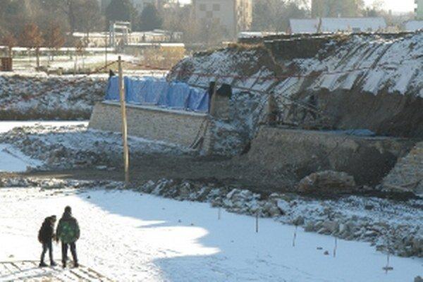 Bastión Holíčskeho zámku opravujú aj v zime.