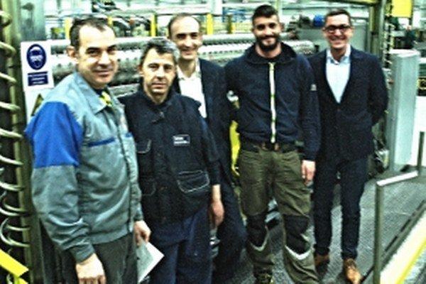 Talianski technici zainteresovaní do montáže nových liniek. Vpravo manažér Peter Očko, tretí zľava konateľ Mario Cetta.